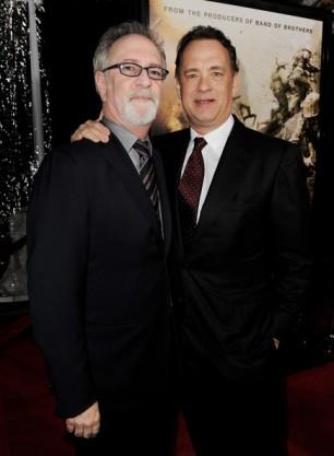 https://nowepogloski.files.wordpress.com/2011/03/hanksgoetzman.jpg?/> <img src= //> />Tom Hanks i Gary Goetzman, odpowiadający za realizację znakomitego i wielokrotnie nagradzanego serialu